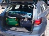 Kompakt zusammengefaltet passt ein Kinderanhänger in den Kofferraum.