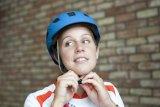 Helm-Einstellung Schritt für Schritt: Der Kinnriemen muss fest sitzen, ohne unangenehm zu drücken.
