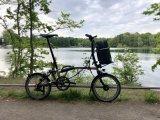 Hersteller Fahrer Berlin bietet einen Rucksack speziell für Faltradfahrer an, der perfekt für die Fronthalterung am Brompton-Faltrad geschnitten ist. So bleiben beim Falten und Tragen die Hände frei, beim Fahren dagegen der Rücken. Als Tragehilfe gibt es zudem einen genau passenden Griff.