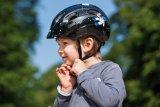 Beim Kinderhelm sorgt das integrierte Visier für zusätzlichen Schutz bei Stürzen nach vorne.